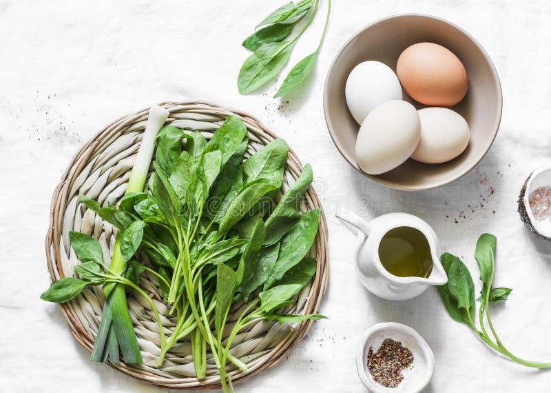 新鲜的菠菜、大蒜、ramson和有机农场在白色背景,顶视图-健康食品成分怂恿 免版税库存图片