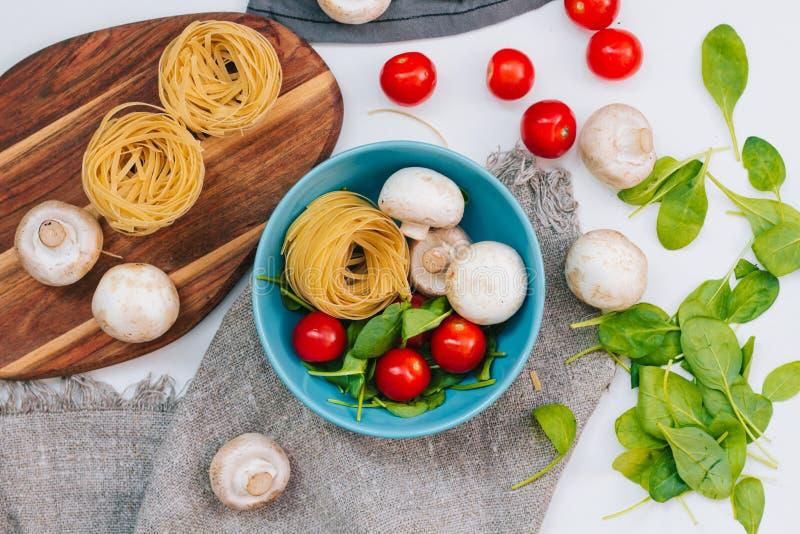 新鲜的菠菜和西红柿用蘑菇和面团 未加工的蔬菜 自然植物叶子 健康和素食主义者或者 免版税库存照片