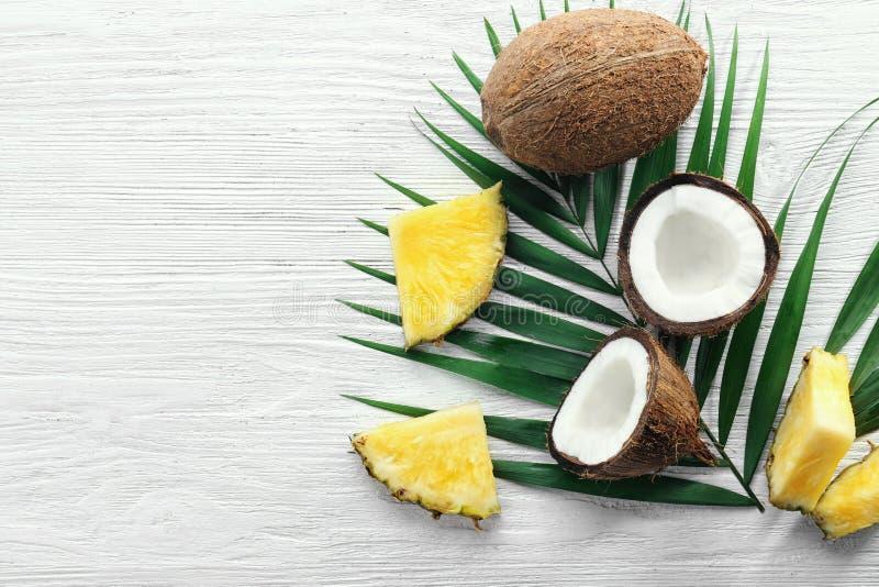新鲜的菠萝切片和椰子的构成 免版税库存照片
