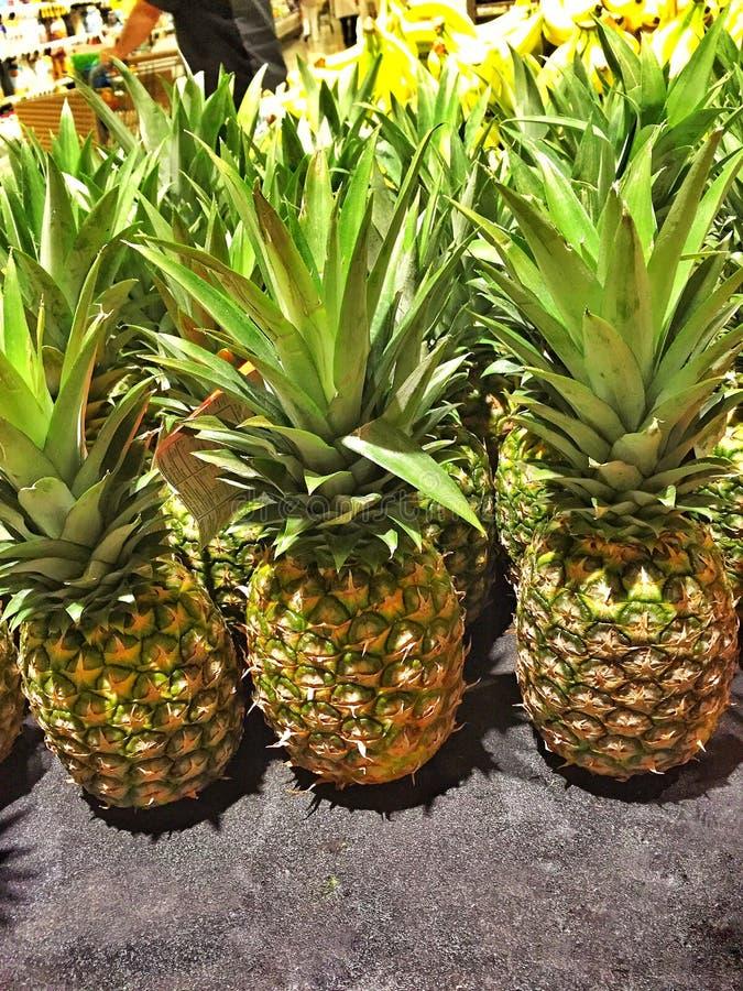 新鲜的菠萝待售 库存图片