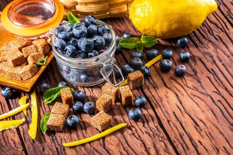 新鲜的蓝莓,糖,柠檬,薄菏 在家做果酱的成份 库存图片