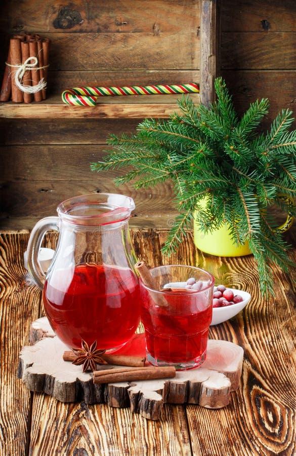 新鲜的蔓越橘汁 蜜饯 从莓果的热的圣诞节饮料用桂香和八角 图库摄影