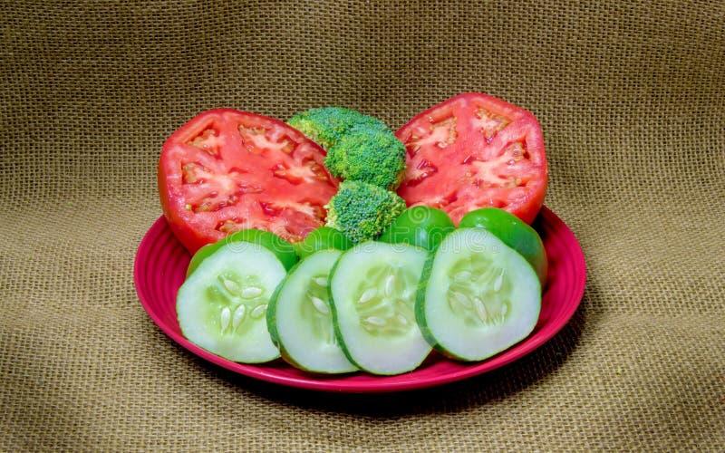 新鲜的蕃茄、硬花甘蓝、青椒和切的黄瓜 免版税图库摄影