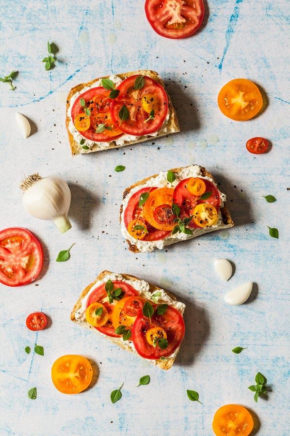 新鲜的蕃茄和蓬蒿Bruschetta 图库摄影