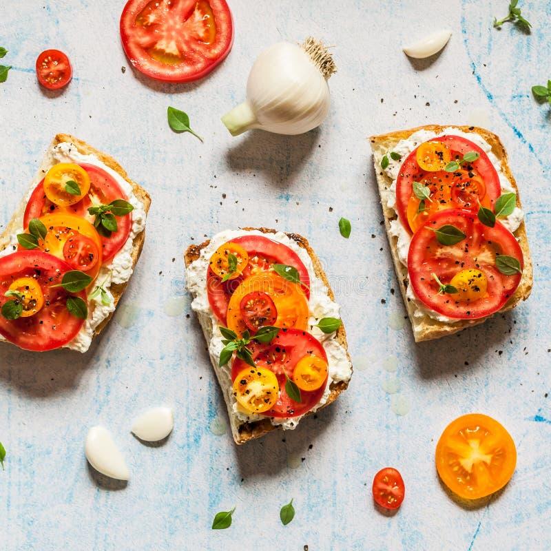 新鲜的蕃茄和蓬蒿Bruschetta 免版税库存图片