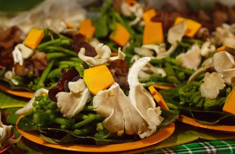 新鲜的蘑菇和菜在市场上失去作用待售在清迈地方市场,泰国上, 库存照片