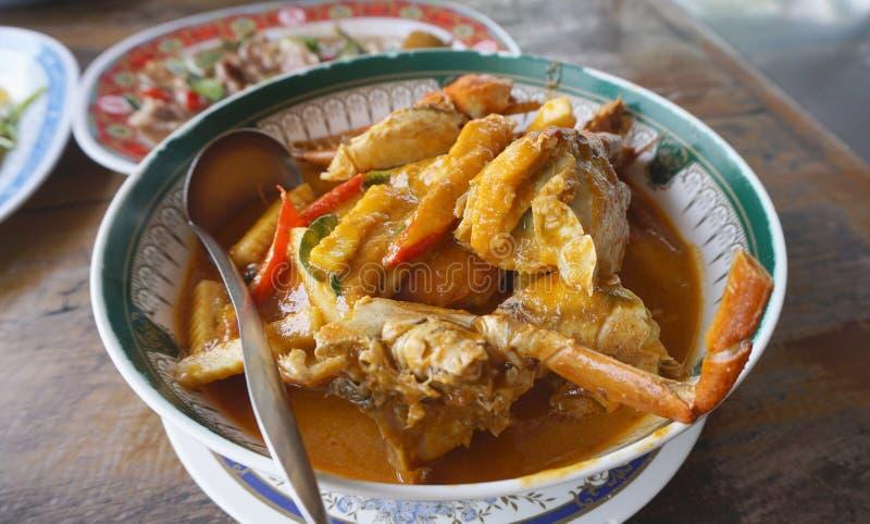 新鲜的螃蟹用与笋的蛋泰国红色咖喱 库存图片