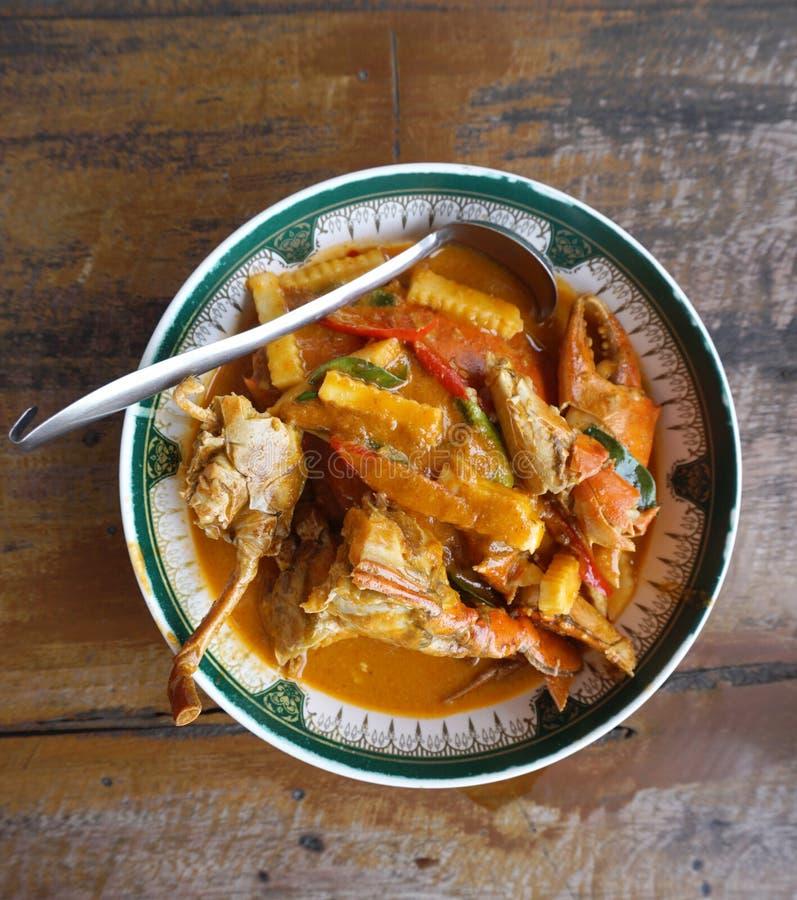 新鲜的螃蟹用与笋的蛋泰国红色咖喱 免版税图库摄影