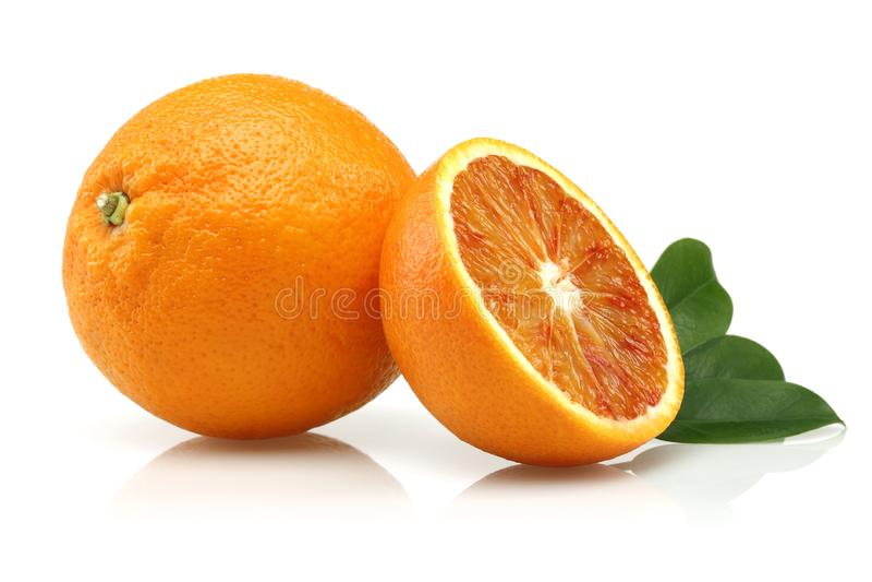 新鲜的血橙和叶子 库存照片
