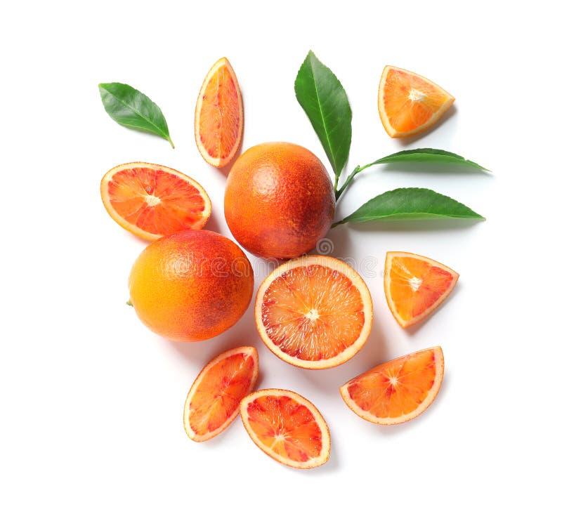 新鲜的血淋淋的桔子和叶子在白色背景 r 免版税库存图片