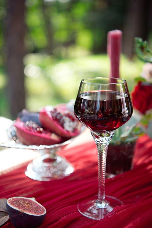 新鲜的被对分的无花果开胃菜用红葡萄酒 免版税库存图片