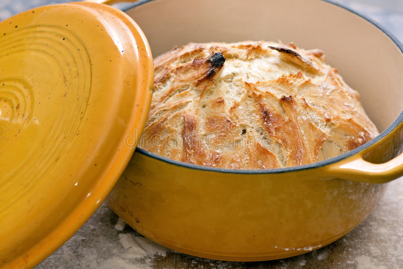 新鲜的被烘烤的工匠面包 免版税库存照片