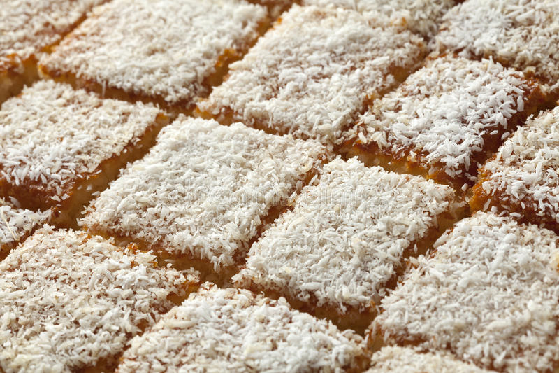 新鲜的被烘烤的摩洛哥酸奶蛋糕切开了成片断 库存照片