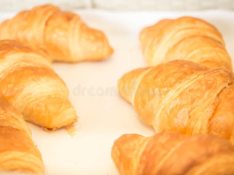 新鲜的被烘烤的新月形面包特写镜头细节在面包店篮子的 免版税库存照片