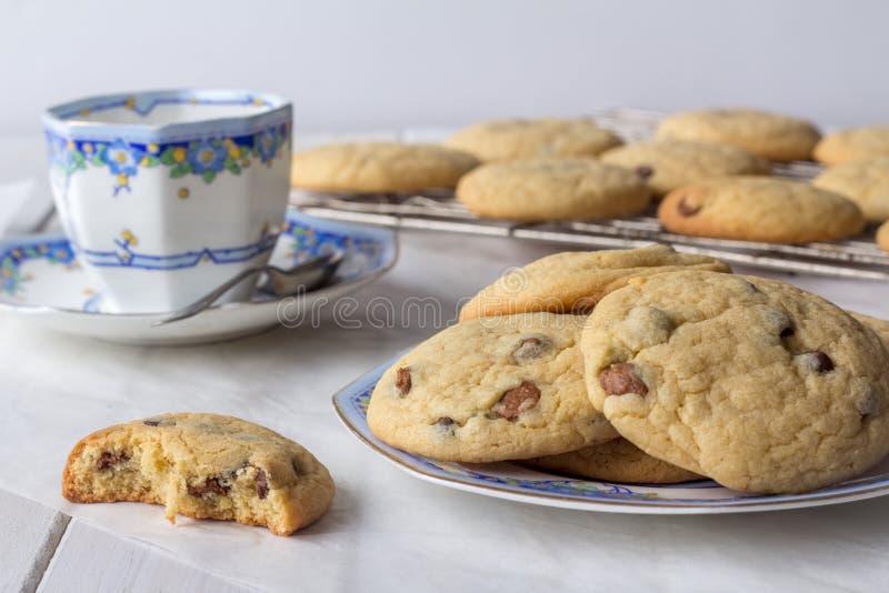 新鲜的被烘烤的曲奇饼用茶 图库摄影