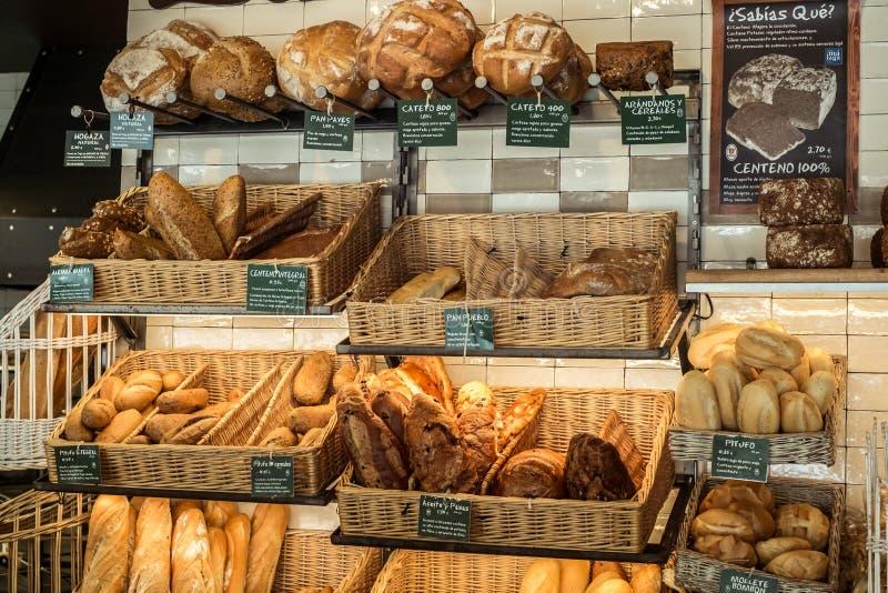 新鲜的被烘烤的面包品种在面包店商店 库存图片