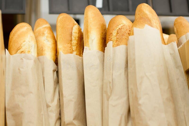 新鲜的被烘烤的面包在超级市场 新鲜的可口食物 烘烤 顶视图 嘲笑 复制空间 选择聚焦 夏天面包 库存图片