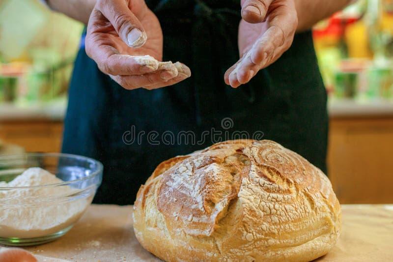 新鲜的被烘烤的面包特写镜头  厨师烹调面包用面粉和鸡蛋 库存图片