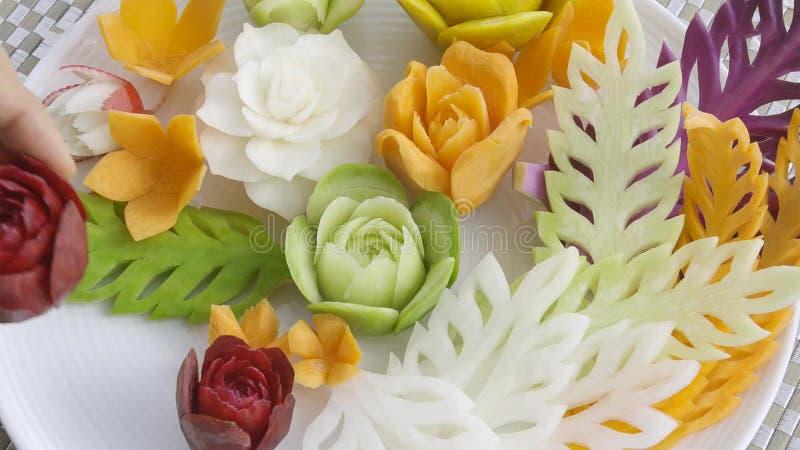 新鲜的被雕刻的混合泰国水果和蔬菜 免版税库存图片
