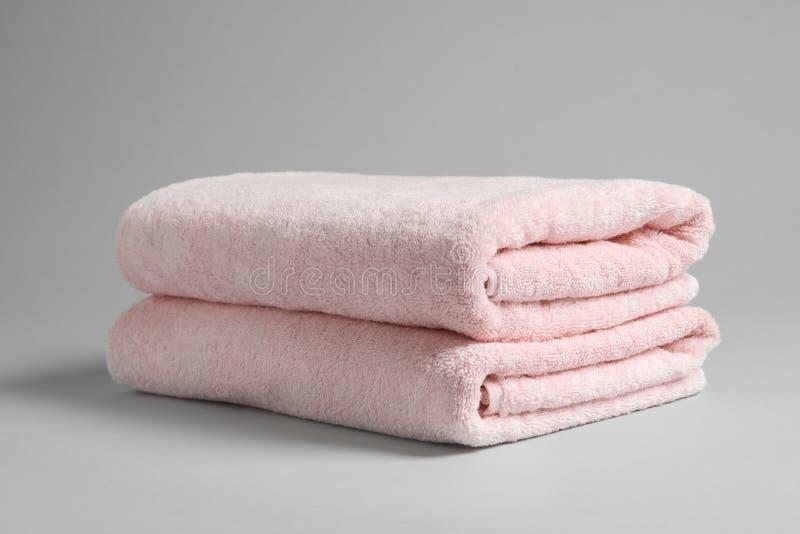 新鲜的软的被折叠的毛巾 免版税库存照片