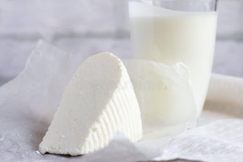 新鲜的软的Adyghe乳酪和牛乳气酒在桌上,有用的乳制品健康吃的 免版税图库摄影