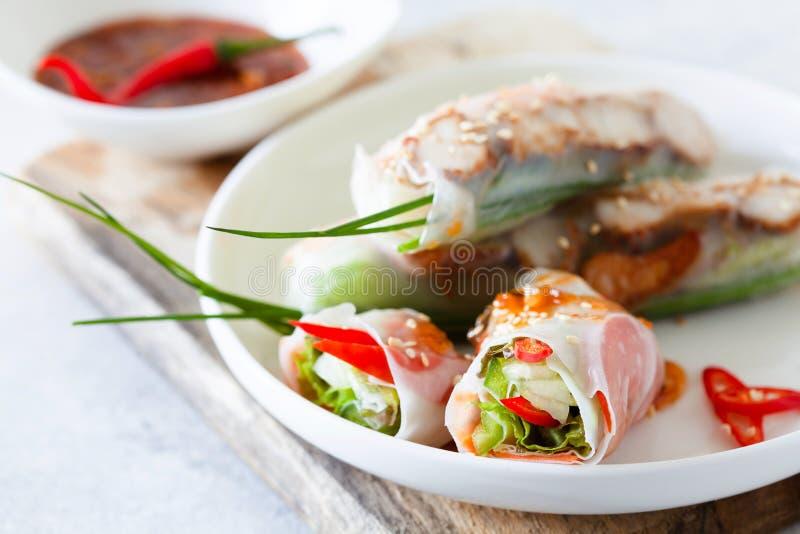 新鲜的辣越南沙拉滚动用虾在一块白色板材 图库摄影