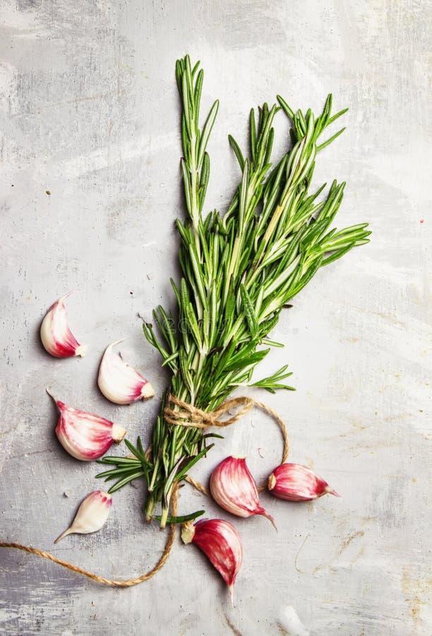 新鲜的迷迭香和大蒜,石背景,顶视图 库存照片
