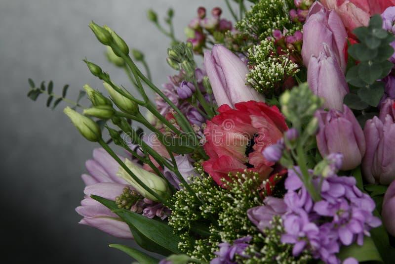 新鲜的郁金香富有的花束  库存图片