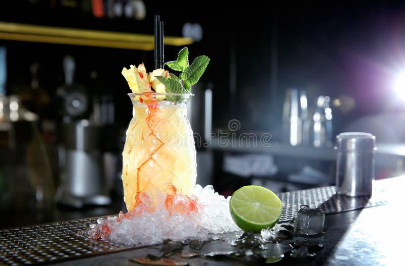 新鲜的酒客马利布和在酒吧柜台的菠萝汁鸡尾酒 库存照片