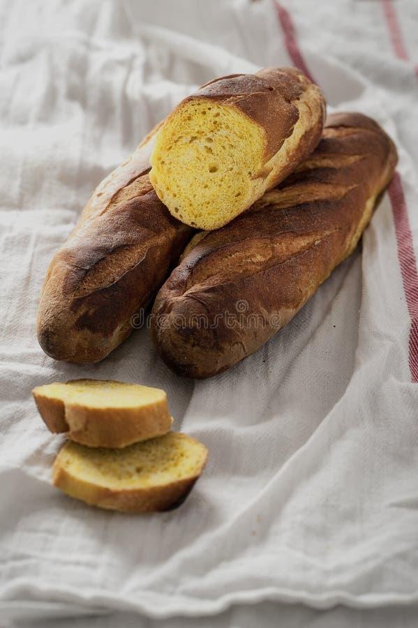 新鲜的酥脆面包用咖喱 图库摄影