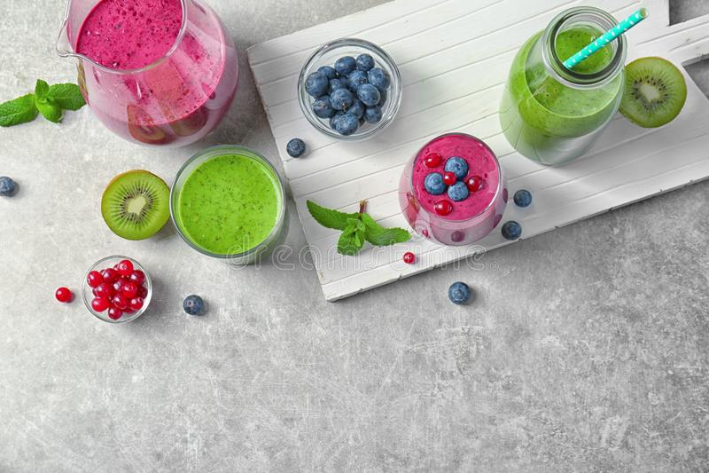 新鲜的酸奶圆滑的人用莓果和猕猴桃 免版税库存照片