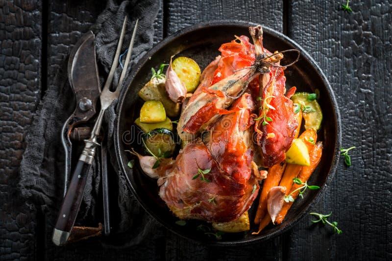 新鲜的野鸡用烟肉和香料和菜 图库摄影