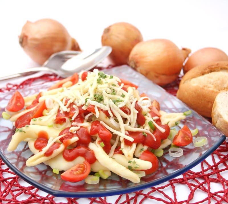 新鲜的面团用葱和蕃茄 免版税库存照片