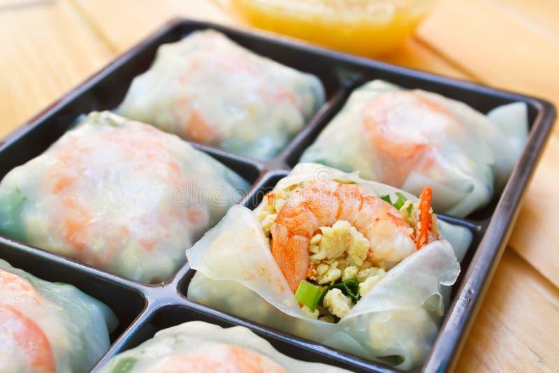 新鲜的面条春卷用虾和菜 免版税库存图片