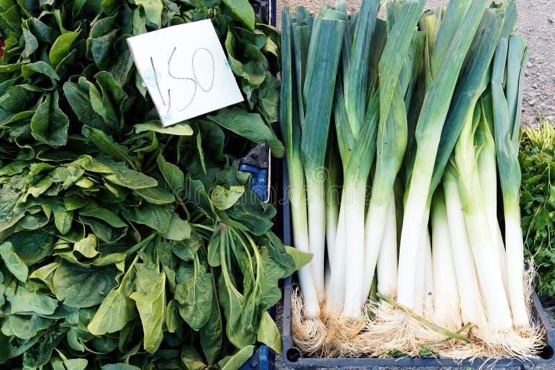 新鲜的韭葱和绿色叶茂盛菠菜在希腊新鲜水果和蔬菜批发市场 免版税库存照片