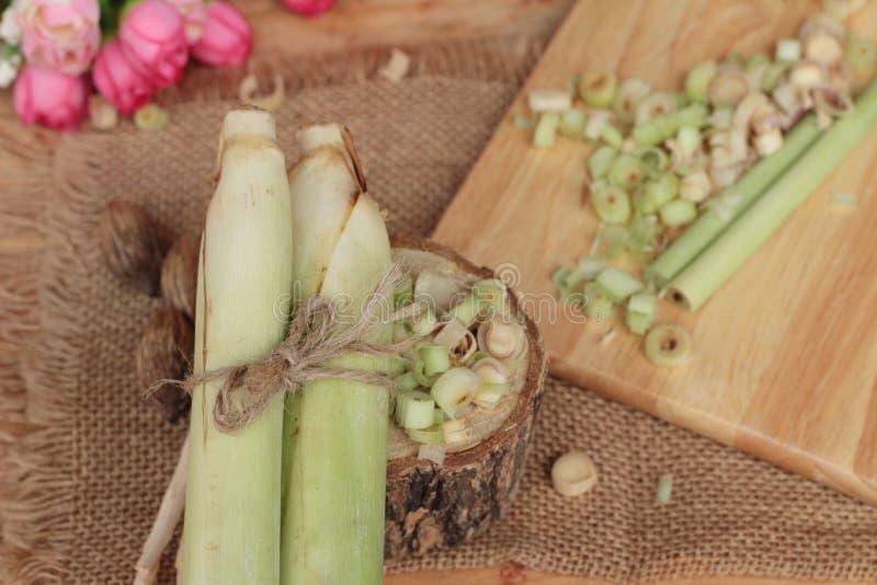 Download 新鲜的香茅是在木背景的草本 库存照片. 图片 包括有 食物, 烹调, 成份, 有机, 柠檬香茅, 蔬菜, 全部 - 72354496