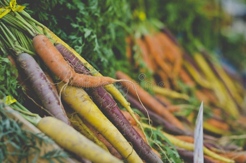 新鲜的鲜美堆新鲜的红萝卜在市场上 免版税库存照片