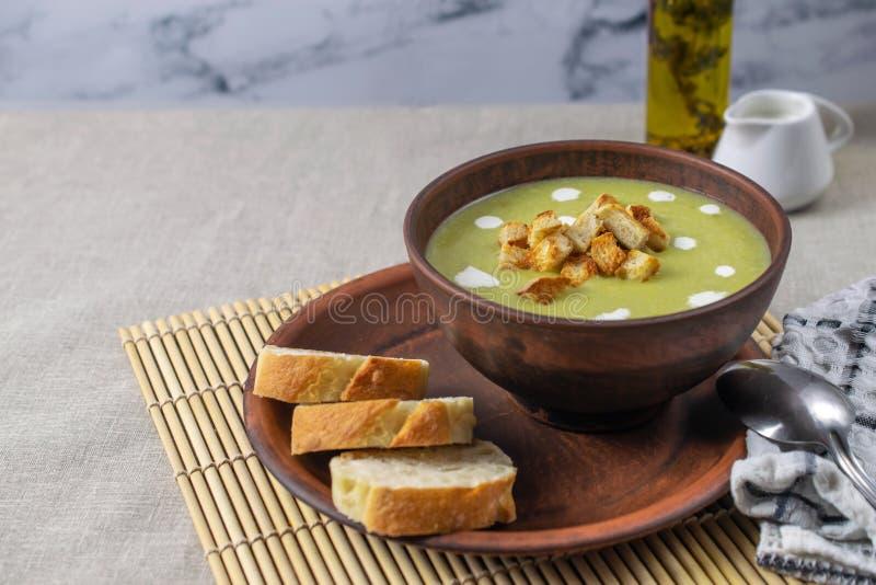 新鲜的鲜美奶油色菠菜汤用油煎方型小面包片,健康午餐 库存照片