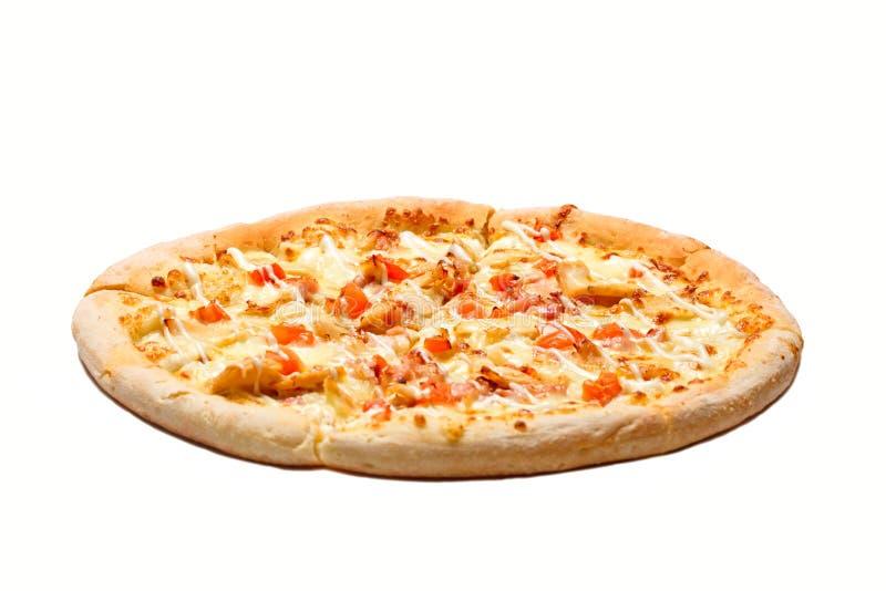 新鲜的鲜美比萨用乳酪、鸡、在白色背景和肉隔绝的火腿、胡椒 免版税库存照片