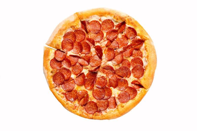 新鲜的鲜美比萨用在白色背景隔绝的意大利辣味香肠 r 免版税库存照片