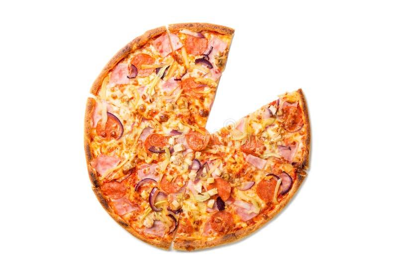 新鲜的鲜美比萨用蕃茄、意大利辣味香肠、乳酪、香肠和蘑菇没有在白色背景隔绝的一个切片 顶视图 库存照片