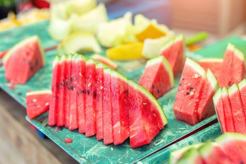 新鲜的鲜美水多的切的西瓜和瓜在盘子户外 库存照片