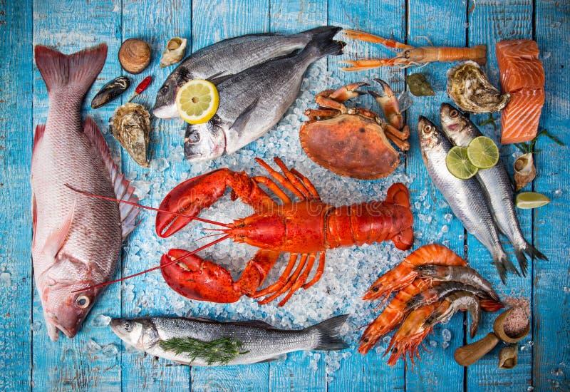 新鲜的鲜美海鲜在老木桌上服务 库存图片