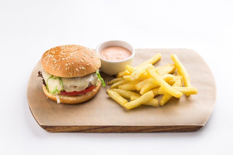 新鲜的鲜美牛肉汉堡用在白色背景和薯条隔绝的乳酪 免版税图库摄影