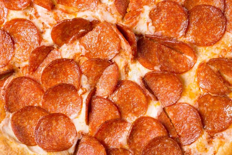 新鲜的鲜美辣香肠烘饼作为背景 比萨关闭 免版税图库摄影