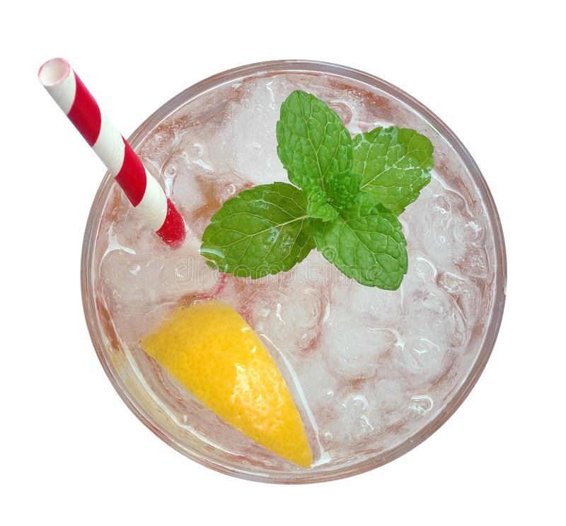新鲜的鸡尾酒柠檬水、蜂蜜在白色背景与黄色石灰切片和薄荷的顶视图隔绝的柠檬苏打,道路 免版税图库摄影