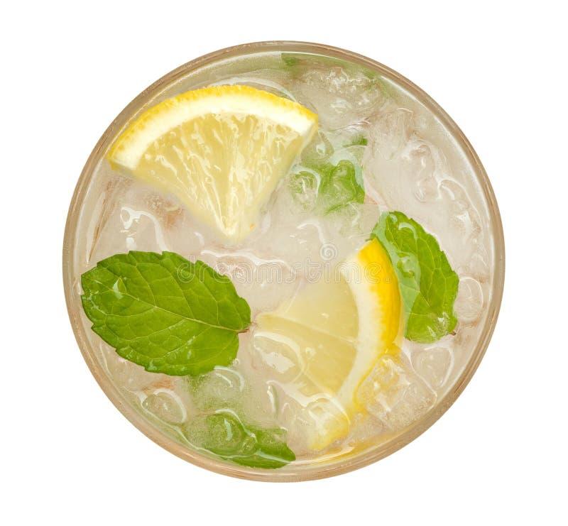 新鲜的鸡尾酒柠檬水、蜂蜜在白色背景与黄色石灰切片和薄荷的顶视图隔绝的柠檬苏打,道路 库存照片