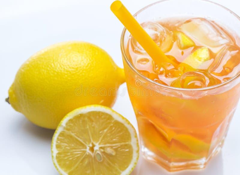 新鲜的鸡尾酒用在白色背景的柠檬 免版税库存照片