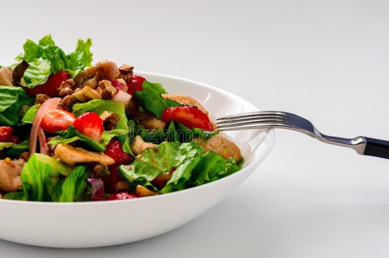 新鲜的鸡肉沙拉用在白色背景的草莓 库存图片