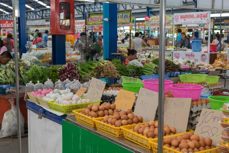 新鲜的鸡蛋在泰国市场上 库存照片